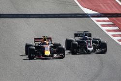 Max Verstappen, Red Bull Racing RB13 in lotta con Romain Grosjean, Haas F1 Team VF-17