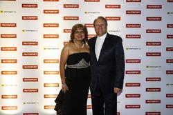 Заместитель руководителя команды Sahara Force India F1 Боб Фернли с гостьей