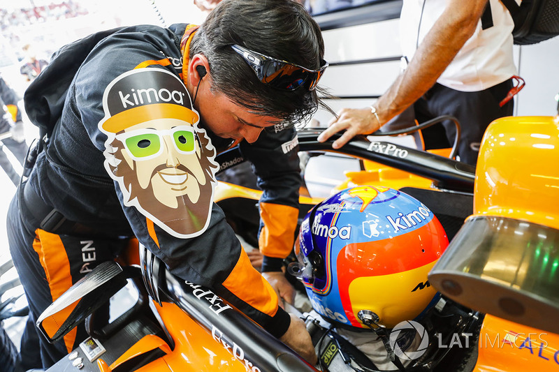 La careta de Fernando Alonso, McLaren MCL33, frente a él
