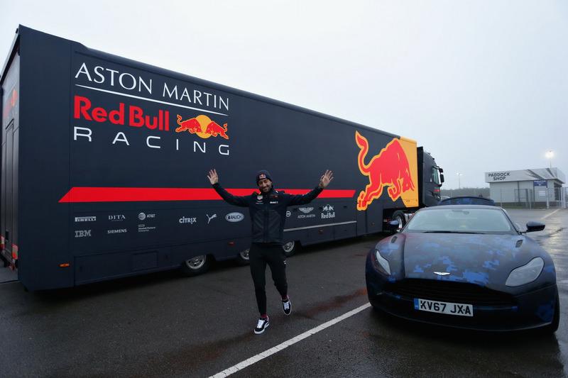 Даниэль Риккардо, Red Bull Racing рядом с машиной Aston Martin DB11