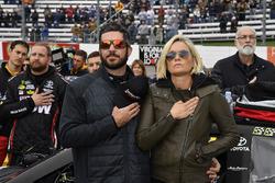 Martin Truex Jr., Furniture Row Racing Toyota, mit Freundin Sherry Pollex