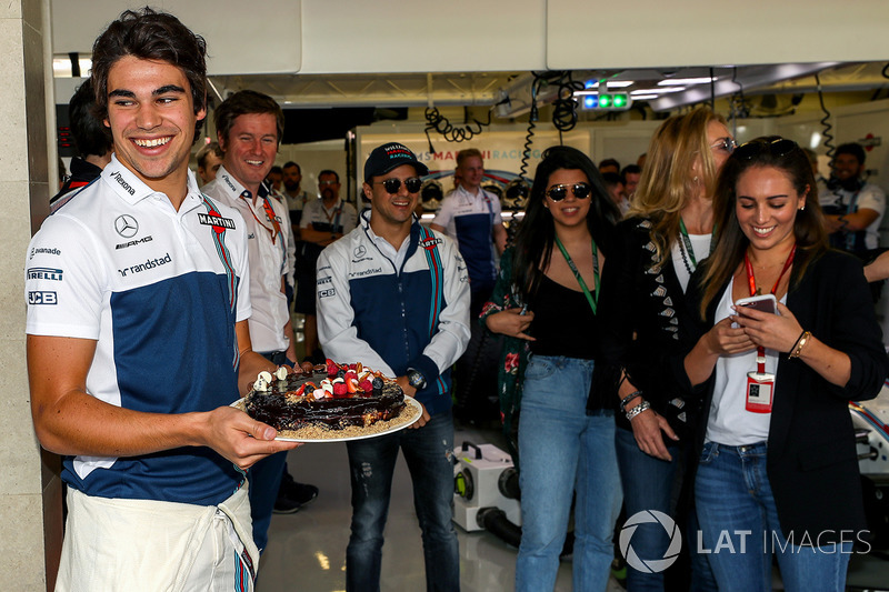 Lance Stroll, Williams celebra su cumpleaños con Rob Smedley, Williams, Felipe Massa, Williams y familia.