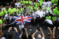 2017 World Champion Lewis Hamilton, Mercedes AMG F1 celebrates with his team