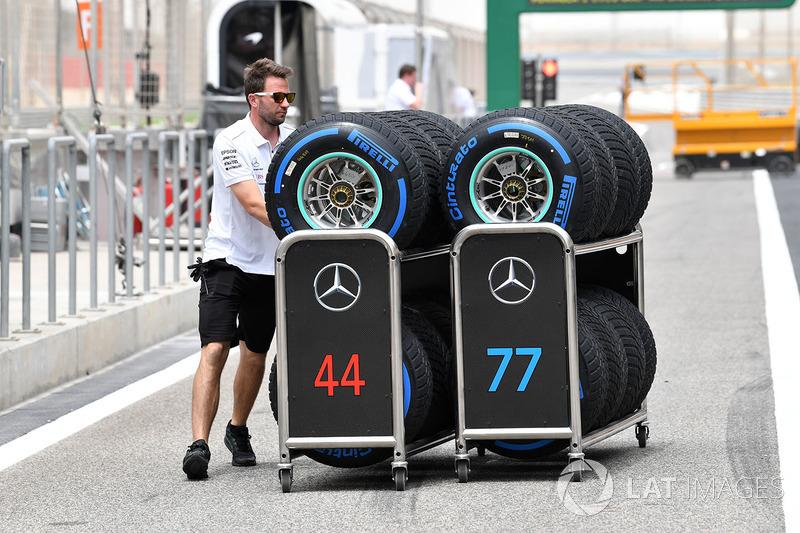 Механик Mercedes AMG F1 и шины Pirelli