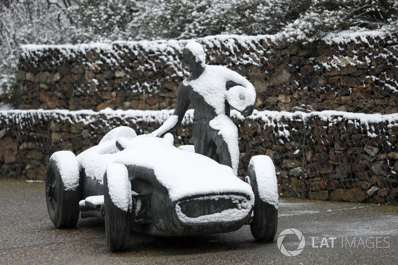 Статуя у снігу