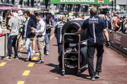 Механик Force India F1 и шины Pirelli