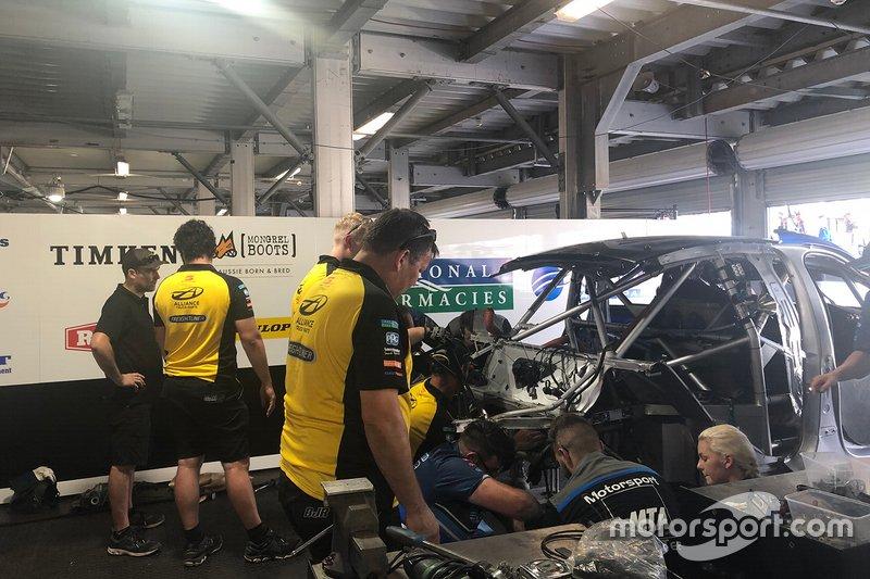 Машина Маколі Джонс, Brad Jones Racing, на ремонті
