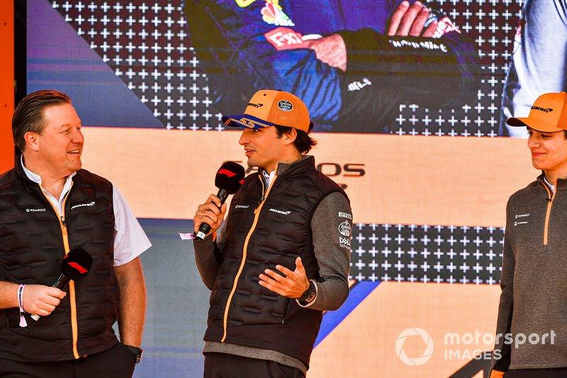 Zak Brown, Direttore esecutivo McLaren, Carlos Sainz Jr., McLaren e Lando Norris, McLaren, all'evento a Federation Square