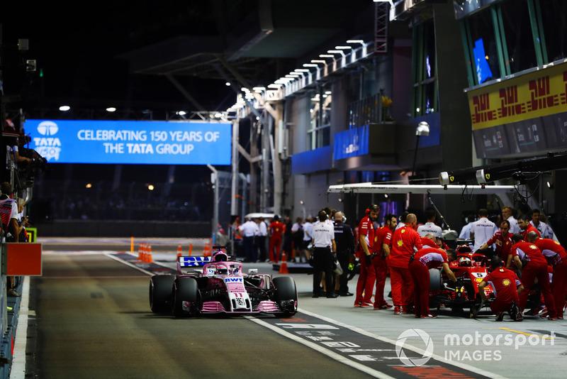 Sergio Perez, Racing Point Force India VJM11 y Sebastian Vettel, Ferrari SF71H,en pits