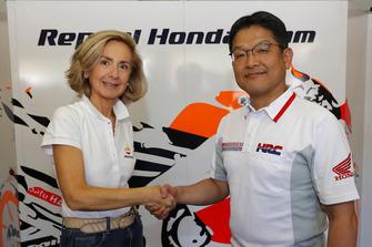 Begoña Elices, Directora Ejecutiva de Comunicación de Repsol, y Yoshishige Nomura, Presidente de HRC, tras formalizar la renovación de patrocinio del Repsol-Honda para el periodo 2019-2020