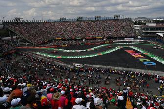 Daniel Ricciardo, Red Bull Racing RB14, Lance Stroll, Williams FW41, Sebastian Vettel, Ferrari SF71H and Kevin Magnussen, Haas F1 Team VF-18 battle