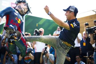 Daniel Ricciardo, Red Bull Racing, kicks an impersonator