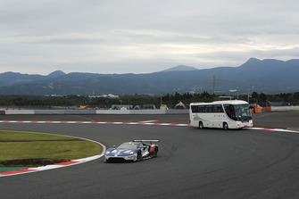 #66 Ford Chip Ganassi Racing Ford GT: Stefan Mucke, Olivier Pla y el autobús safari en pista