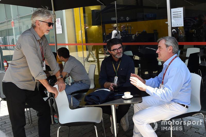 Damon Hill, campeón de F1 en 1996, habla con Carlos Sainz