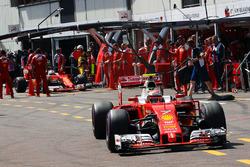 Кими Райкконен, Ferrari SF16-H и Себастьян Феттель, Ferrari SF16-H в гараже