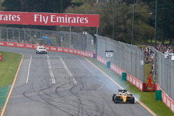 Kevin Magnussen, Renault Sport F1 Team RS16 with a puncture at the start of the race