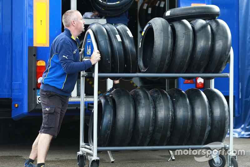 Інженер Michelin з шинами