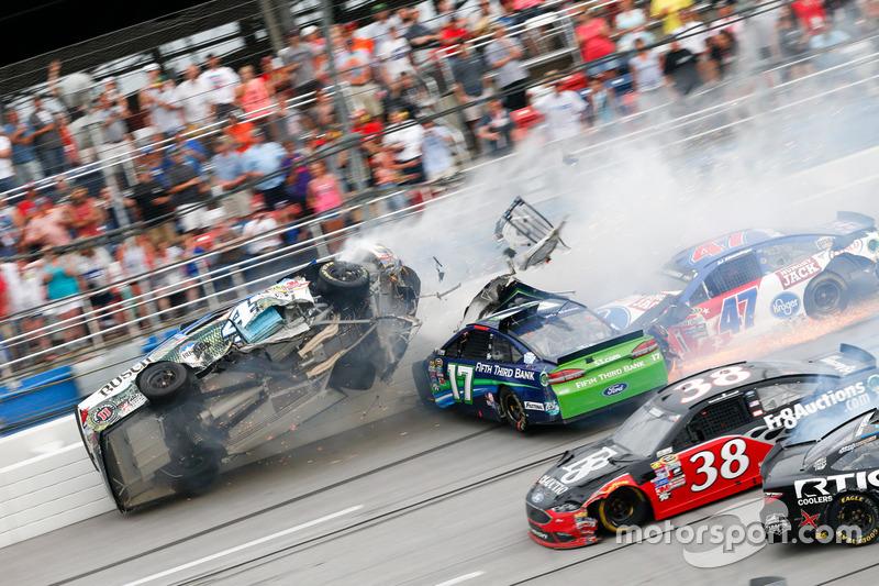 Авария Рики Стенхауса-мл., Roush Fenway Racing Ford и Кевина Харвика, Stewart-Haas Racing Chevrolet