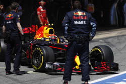 Max Verstappen, Red Bull Racing RB13, sale del garaje de Red Bull