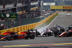 Max Verstappen, Red Bull Racing RB13, Daniel Ricciardo, Red Bull Racing RB13, Sergio Perez, Sahara Force India F1 VJM10, in to the first corner amid smoke