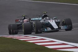 Валттери Боттас, Mercedes AMG F1 W08, и Кевин Магнуссен, Haas F1 VF-17