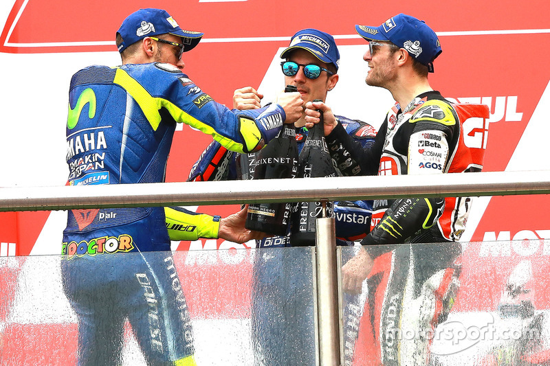 Подіум: друге місце Валентино Россі, Yamaha Factory Racing, переможець гонки Маверік Віньялес, Yamaha Factory Racing, третє місце Кел Кратчлоу, Team LCR Honda