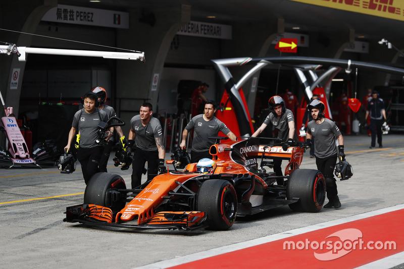 The McLaren team return Fernando Alonso, McLaren MCL32, to the ...