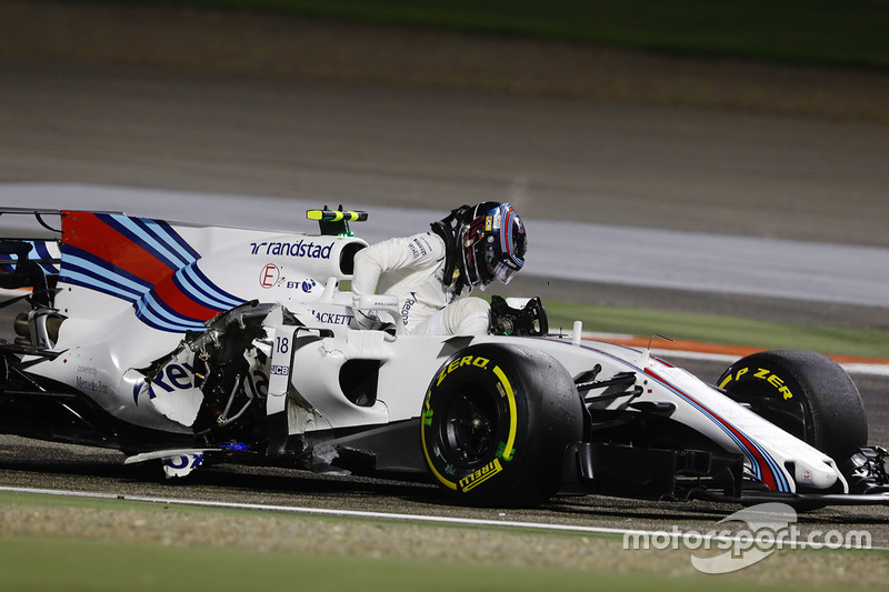 Lance Stroll, Williams FW40, con su coche chocado