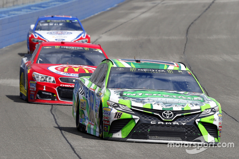 Kyle Busch, Joe Gibbs Racing Toyota y Jamie McMurray, Chip Ganassi Racing Chevrolet