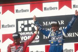 Podio: segundo lugar Ayrton Senna, McLaren Honda felicita al ganador de la carrera Thierry Boutsen, Williams Renault