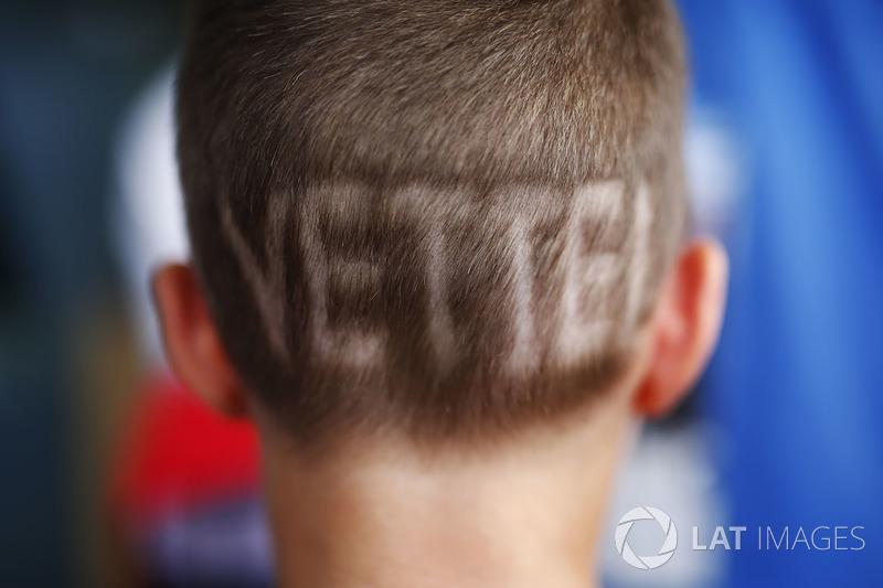 Юний уболівальник із зачіскою з написом на потилиці імені Себастьяна Феттеля, Ferrari