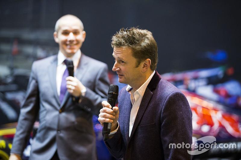 Allan McNish en el stand de F1 Racing