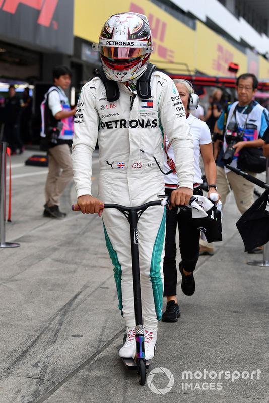 Lewis Hamilton, Mercedes AMG F1 en un scooter