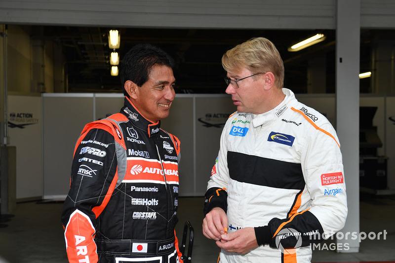 Aguri Suzuki en Mika Hakkinen tijdens een Legends-demo op Suzuka