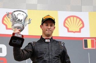 Alexander Sims celebra su victoria en el podio