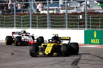 Carlos Sainz Jr., Renault Sport F1 Team R.S. 18, precede Kevin Magnussen, Haas F1 Team VF-18