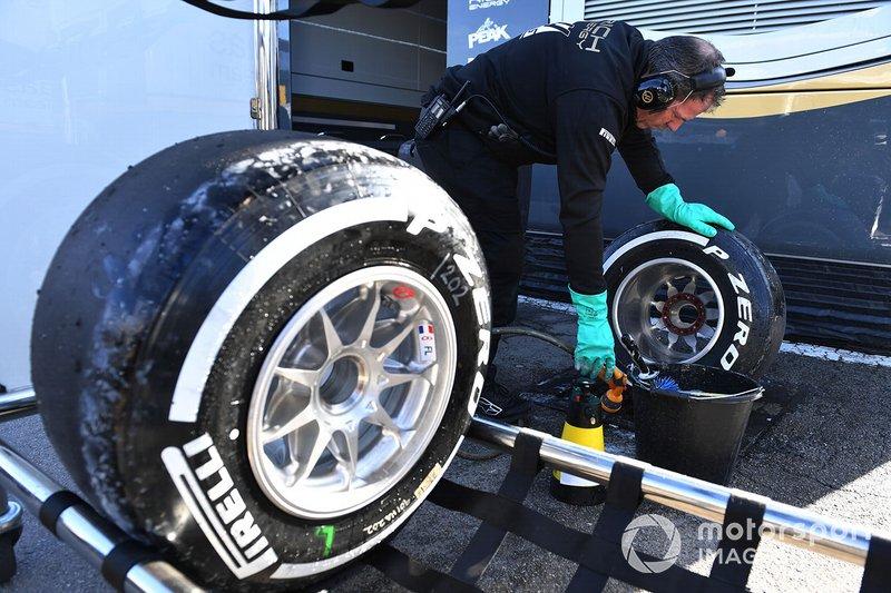 Un mécanicien Mercedes-AMG F1 nettoie des pneus Pirelli et des jantes