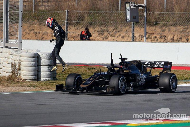 Romain Grosjean, Haas F1 Team VF-19 si ferma in pista