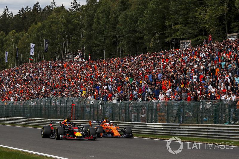 Daniel Ricciardo, Red Bull Racing RB14 y Stoffel Vandoorne, McLaren MCL33 battle
