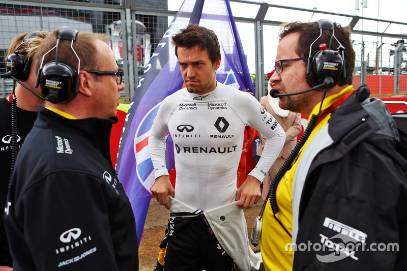 Jolyon Palmer, Renault Sport F1 Team on the grid with Mark Slade Renault Sport F1 Team Race Engineer (Left) and Julien Simon-Chautemps Renault Sport F1 Team Race Engineer (Right)