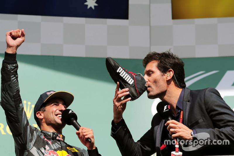 (Da sx a dx): Daniel Ricciardo, Red Bull Racing festeggia il suo secondo posto sul podio con Mark Webber, pilota Porsche Team WEC / Presentatore Channel 4, che beve champagne dalla scarpa da gara di Daniel