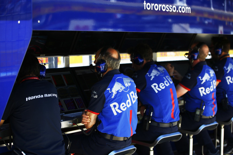 Franz Tost, Team Principal, Toro Rosso, et l'équipe sur le muret des stands