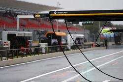 La pluie tombe dans la voie des stands