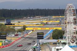 Kimi Raikkonen, Ferrari SF71H, Max Verstappen, Red Bull Racing RB14 y Kevin Magnussen, Haas F1 Team VF-18, en la vuelta de formación