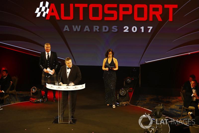 Zak Brown, director ejecutivo de McLaren Technology Group, en el escenario con Lee McKenzie y David Coulthard