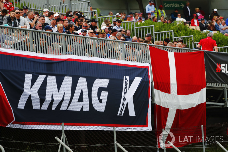Fãs de Kevin Magnussen se fizeram presentes nesse sábado em Barcelona.