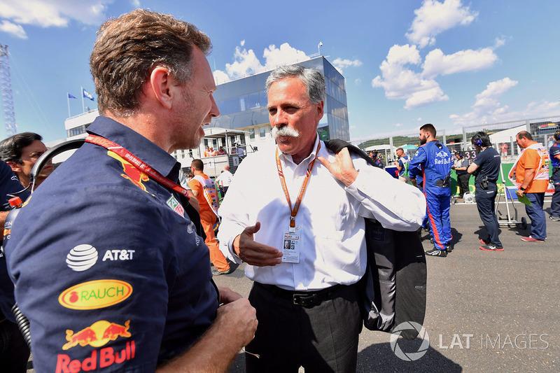 Крістіан Хорнер, керівник Red Bull Racing Team, та Чейз Кері, генеральний та виконавчий директор Formula One Group, на стартовій решітці