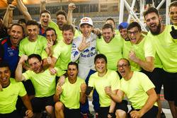 Pierre Gasly, Toro Rosso, fête sa quatrième place avec son équipe