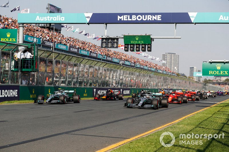 Il semaforo si spegne e Lewis Hamilton, Mercedes AMG F1 W10, precede Valtteri Bottas, Mercedes AMG W10, Sebastian Vettel, Ferrari SF90, Max Verstappen, Red Bull Racing RB15, ed il resto del gruppo alla partenza