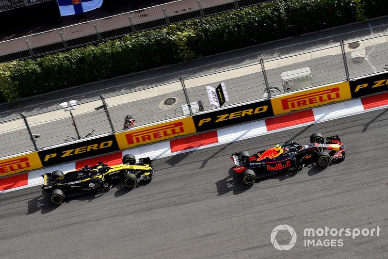 Max Verstappen, Red Bull Racing RB14 y Nico Hulkenberg, Renault Sport F1 Team R.S. 18